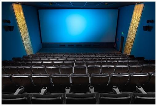 映画館に行くのがめんどくさい!大画面が苦手な人や広告がうざい人向けの解決策